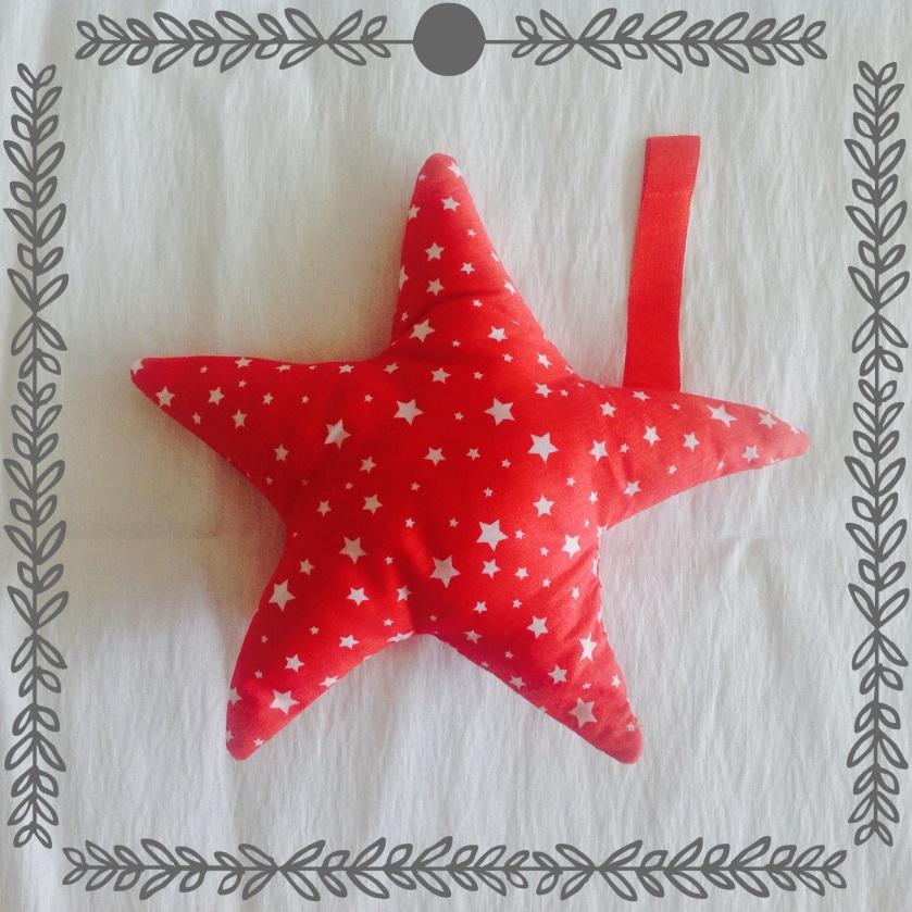 mosaique de vero, mosaiquedevero, coussin, décoration, hochet, étoiles, rouge, blanc, cojin, sonajero, bébé, estrellas, rojo, blanco, decoracion